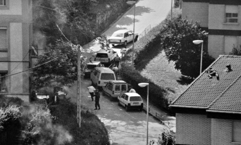 Guardia Zibilak polizia lerro hertsia ezarri zuen Morlansen; teilatuetan ere jarri zituen tiratzaileak. ©MORLANS BERRI AUZO ELKARTEA / AMARAUNA BILDUMA