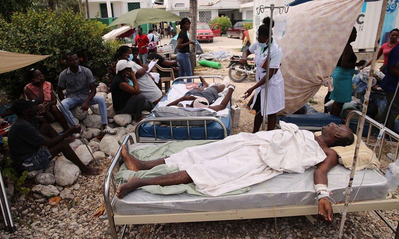 Erizainak zaurituak artatzen, Les Cayes hiriko ospitalearen kanpoaldean, erietxe barruan lekurik ez zegoelako, atzo. ©ORLANDO BARRIA / EFE