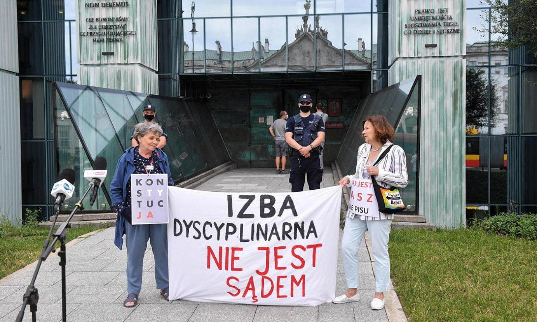Epaileak diziplinatzeko aretoaren aurkako protesta bat, uztailean, Poloniako Auzitegi Gorenean, Varsovian. ©RADEK PIETRUSZKA / EFE