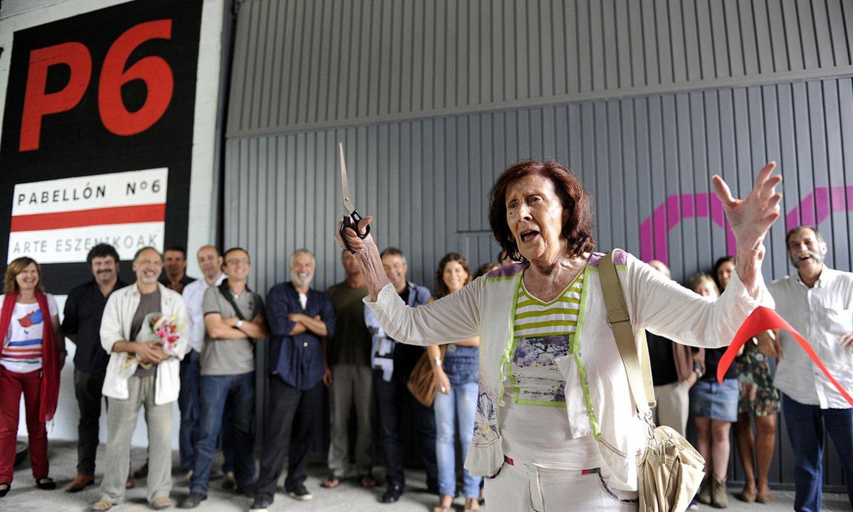 Marivi Bilbao aktorea —zinta moztu berri— eta Pabiloi 6ko gainerako bazkide sustatzaileak, antzokiaren inaugurazio egunean, 2011n. ©MARISOL RAMIREZ / ARGAZKI PRESS