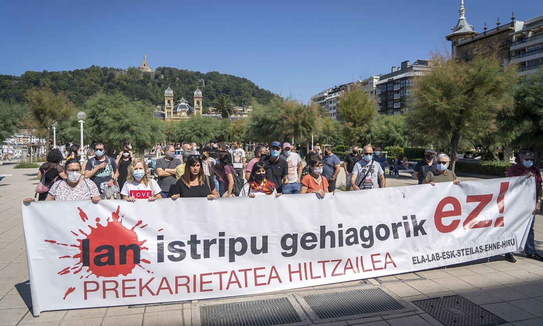 Sindikatuek deituta Eusko Jaurlaritzak Donostian duen egoitzan atzo egindako elkarretaratzea. ©GORKA RUBIO / FOKU