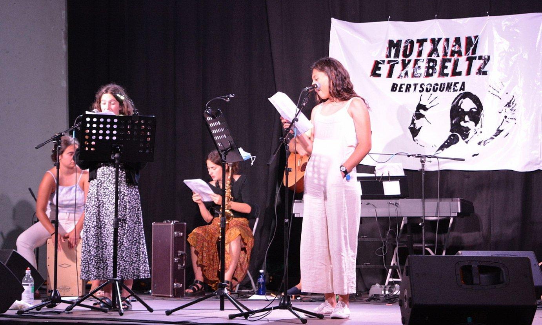 Uztaileko bertso musikatuen emanaldian aurkeztu zuten Zarauzko Motxian-Etxebeltz Bertsogunea. ©AMAIA URBIETA ARRUTI