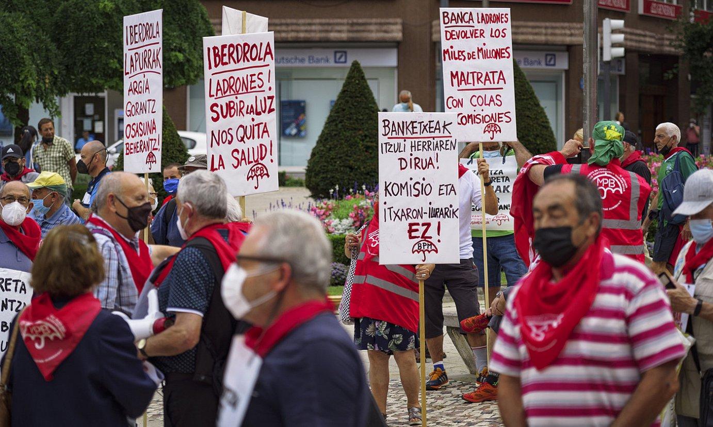 Pentsiodunek atzoko manifestazioan eraman zituzten karteletako batzuk. ©ARITZ LOIOLA / FOKU