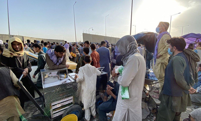 Herritarrak pilatuta Kabulgo aireportuaren kanpoan, barrura sartu ezinik, atzo. ©EFE