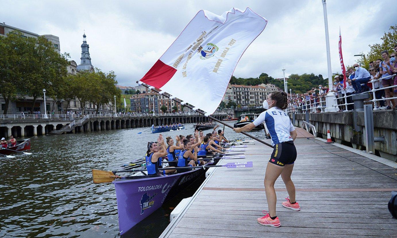 Tolosaldeko arraunlariak, igandean Bilbon lortutako bandera jasotzen. Hamagarren garaipena zuten. ©ARITZ LOIOLA / FOKU.