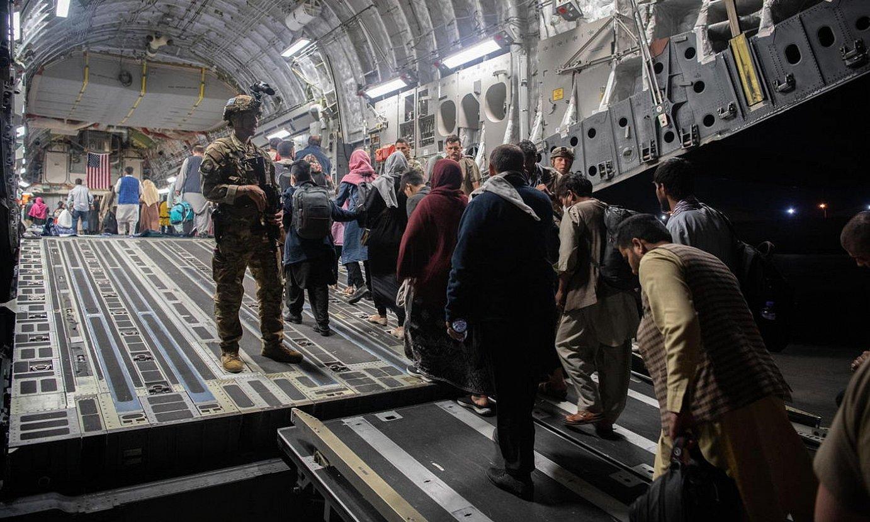 Hainbat lagun AEBetako armadaren hegazkin batera igotzen, Kabulgo aireportuan. ©EFE