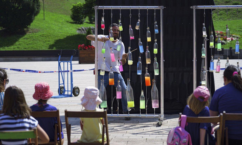 Hainbat herritar bildu dira Bilboko Gas plazako aquafonia tailerrean parte hartzera. ©ARITZ LOIOLA / FOKU