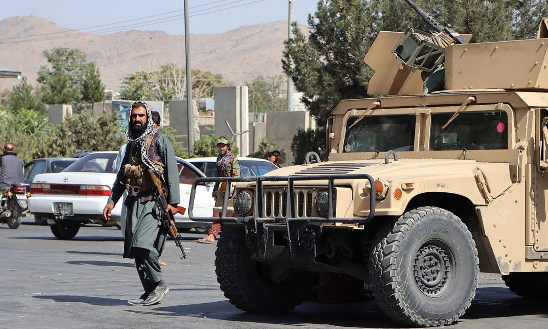 Soldadu taliban bat Kabulgo aireportura ematen duen errepide bat zaintzen, atzo. ©EFE