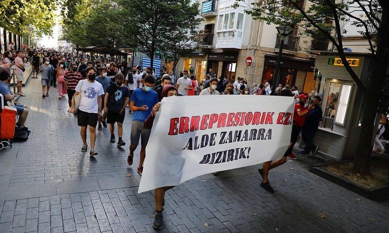 Manifestazio burua, Donostiako Bulebarra zeharkatzen. ©IRUTXULOKO HITZA