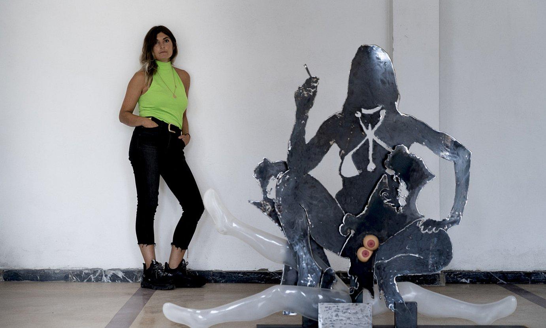 Sahatsa Jauregi artista, erakusketako eskultura baten atzean, Bilboko Artiatx aretoko bigarren solairuan. ©RAUL BOGAJO / FOKU