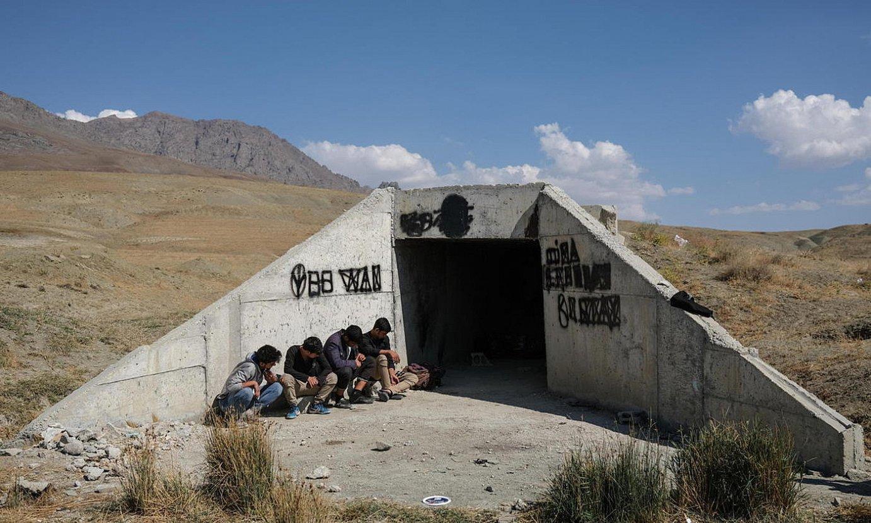 Iheslari talde bat Iran eta Turkia arteko mugan, Turkiara sartzeko ahaleginetan. ©SEDAT SUNA / EFE