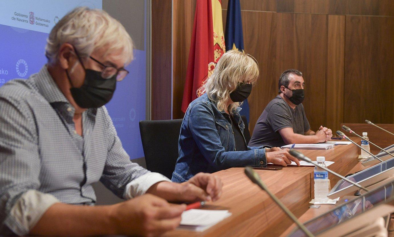Ana Ollo kontseilaria, eta Josemi Gaston eta Cesar Layana, Memoriaren Institutuko arduradunak, atzo. ©IDOIA ZABALETA / FOKU