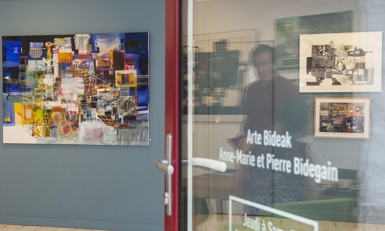 Galerian Joxan Izaren erakusketa ikusgai da. Pierre Bidegain galerista ageri da atearen islan. ©GUILLAUME FAUVEAU
