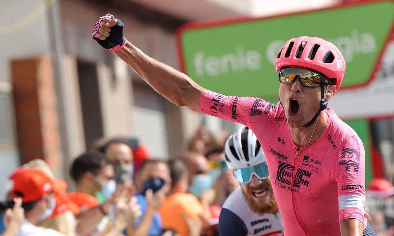 Magnus Cort atzo Vueltan lortutako garaipena ospatzen. ©MANUEL BRUQUE / EFE
