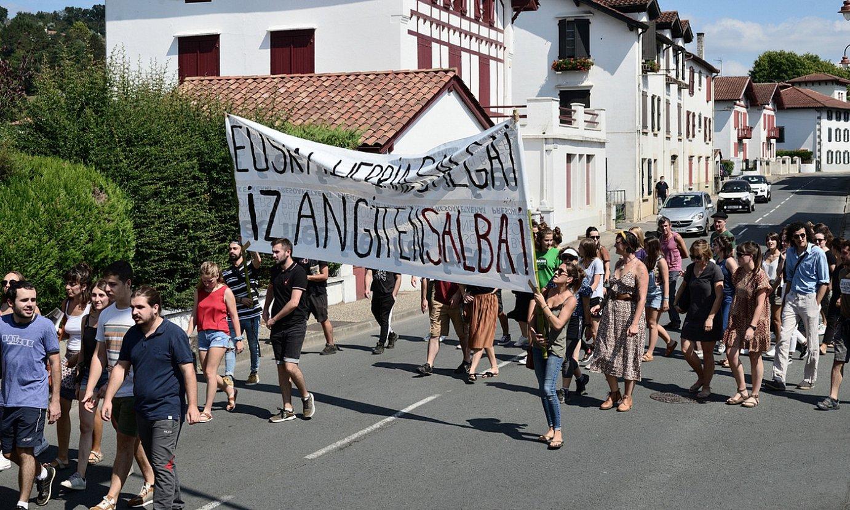 Hazparneko karriketan barna egin zuten protesta, atzo, oihu artean. ©PATXI BELTZAIZ