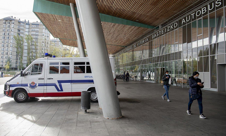 Ertzaintzaren furgoneta bat Gasteizko autobus geltokian. ©RAUL BOGAJO / FOKU