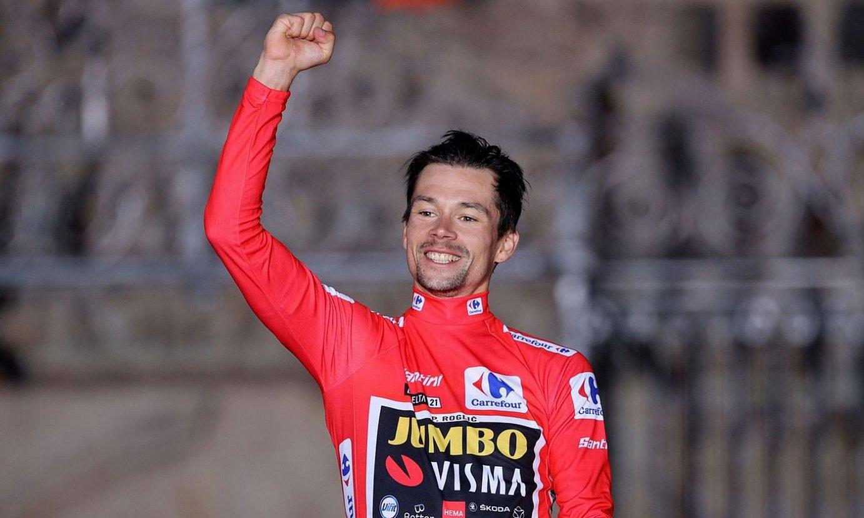 Primoz Roglic, Espainiako Vueltako liderraren maillot gorria soinean duela, herenegun, Santiagon. ©MANUEL BRUQUE / EFE