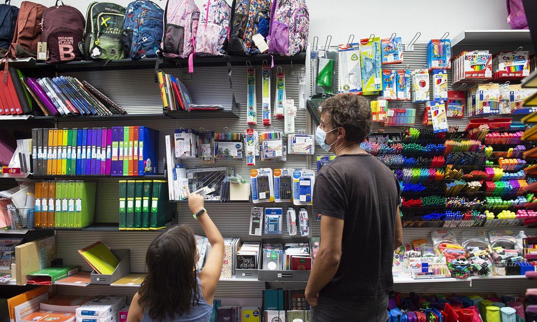 Aita eta alaba ikasturte berrirako materiala aukeratzen, atzo, Iruñeko Elkar liburu denda batean. ©IÑIGO URIZ / FOKU