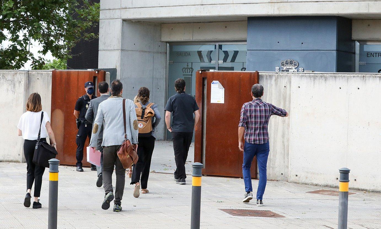 13/13 sumarioko auzipetuak eta abokatuak, Espainiako Auzitegi Nazionalera sartzen, joan den uztailean. ©MARTA JARA / FOKU