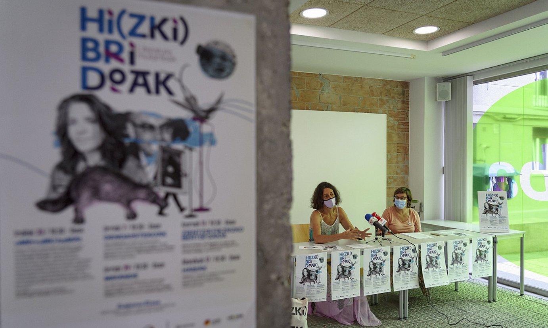 Bizkaiko Foru Aldundiko eta Azkue Fundazioko ordezkariak, Bilboko Euskararen Etxearen aurrean. ©ARITZ LOIOLA / FOKU