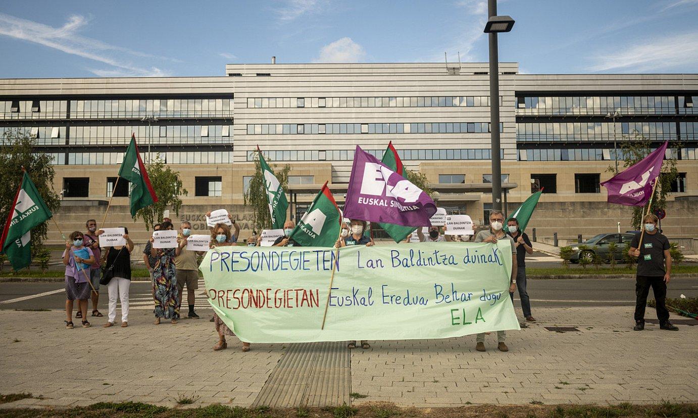 ELAren elkarretaratzea atzo, Eusko Jaurlaritzaren Lakuako egoitzan. ©J. F. / FOKU
