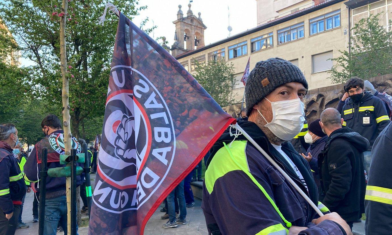 Tubacexeko langile bat Eusko Legebiltzarraren aurrean eginiko protesta batean. ©ANDONI LUBAKI / FOKU