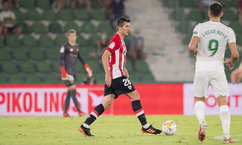 Daniel Vivian Athleticeko erdiko atzelaria, Elxen aurkako partidan. ©ATHLETIC