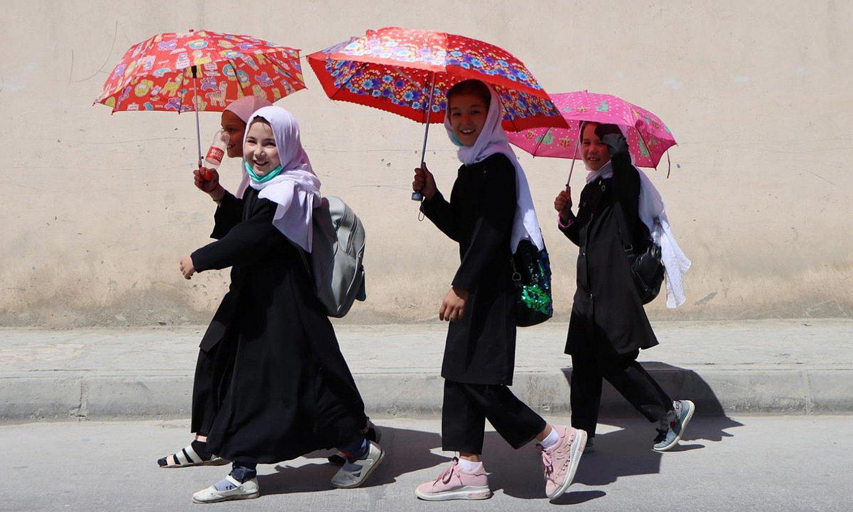 Neska talde bat Kabulen, herrialdea talibanen kontrolpean geratu berritan, kalean aterkipean paseatzen. ©STRINGER / EFE