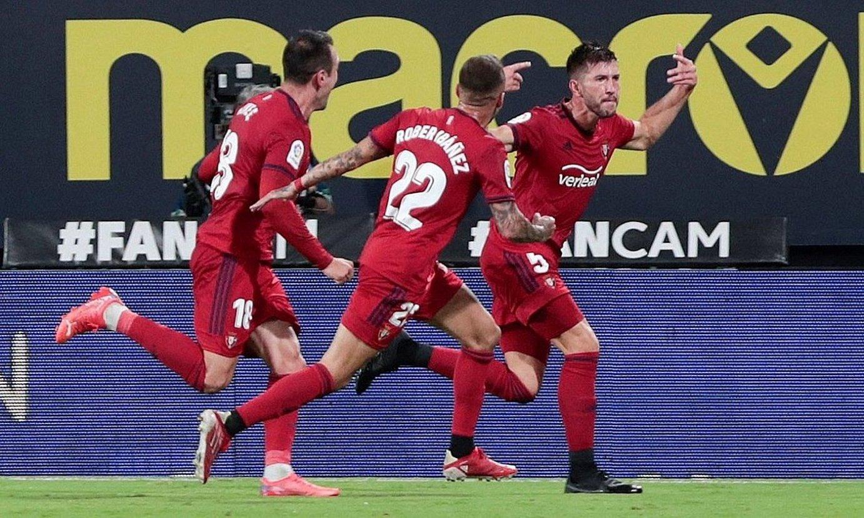 Osasunako jokalariak gola ospatzen, Cadizen aurkako partidan. ©ROMAN RIOS / EFE