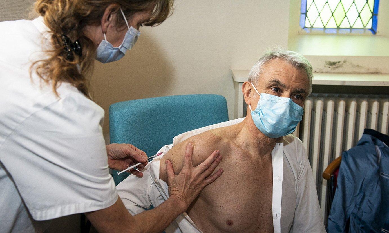 Baionako ospitaleko Michel Glanes zuzendaria txertoa jartzen, iragan urtarrilean. ©GUILLAUME FAUVEAU