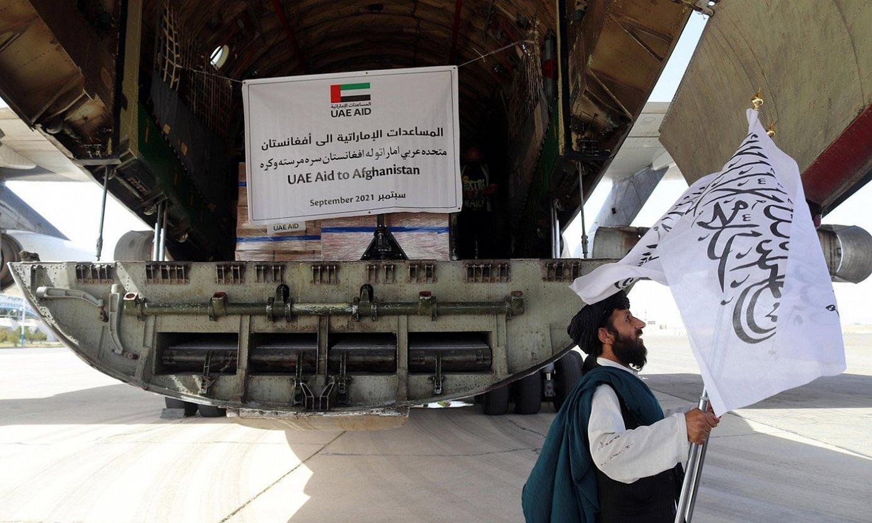Arabiar Emirerri Batuetatik Kandaharko aireportura iritsitako elikagai eta sendagai kargamentu bat. ©EFE