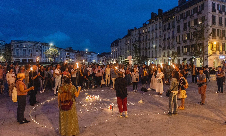 Atzo gauean, protesta egin zuten osasun langileen derrigorrezko txertaketaren kontra. ©GUILLAUME FAUVEAU