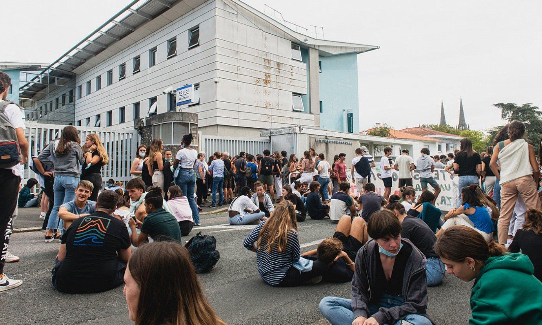 Atxiloketak salatzeko, protesta egin zuten atzo goizean Bernat Etxepare lizeoko ikasle asanbleakoek. ©GULLAUME FAUVEAU