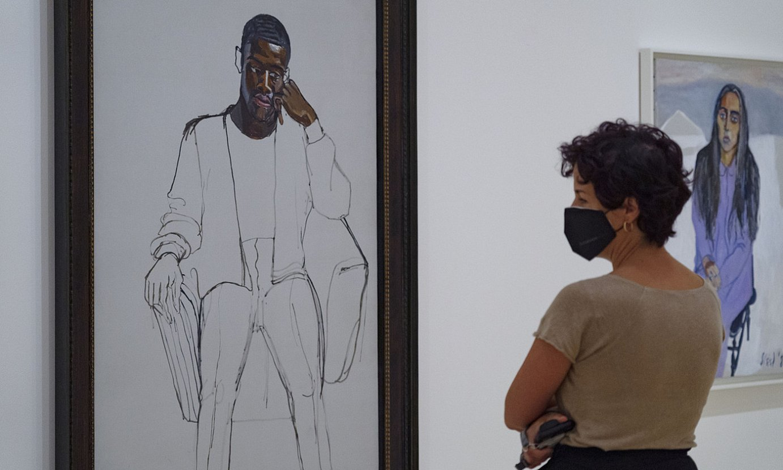 Emakume bat, Bilboko Guggenheim museoan, Alice Neel artistaren <em>Soldadugai beltza</em> koadroari begira. ©ARITZ LOIOLA / FOKU