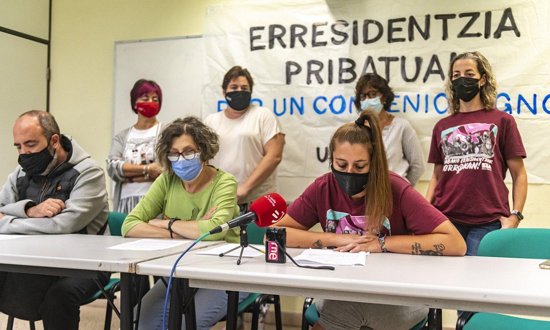 Zahar etxe pribatuetako eta etxebizitza komunitarioetako sindikatuen agerraldia, atzo, Gasteizen. ©JAIZKI FONTANEDA / FOKU