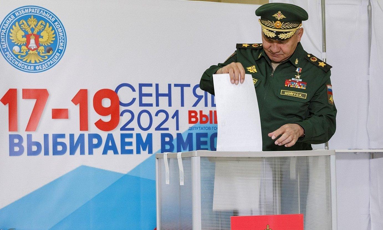 Errusiako Defentsa ministro Sergei Xoigu bozkatzeko unean, atzo, Moskun. ©EFE