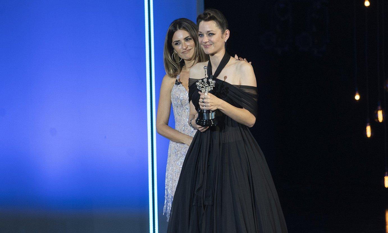 Penelope Cruzek eman zion Donostia saria Marion Cotillardi. ©GORKA RUBIO / FOKU
