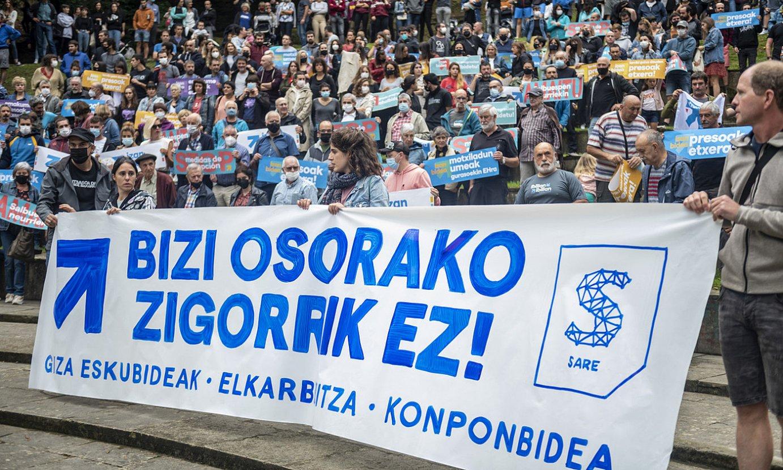 Arrasateko eguerdiko agerraldiak ehunka pertsona bildu zituen, eta Sarek Euskal Herri osoan eginiko protesten epizentroa izan zen. ©JAIZKI FONTANEDA / FOKU