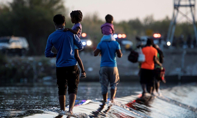Migratzaileak Rio Bravo ibaia gurutzatzen, herenegun. ©MIGUEL SIERRA / EFE