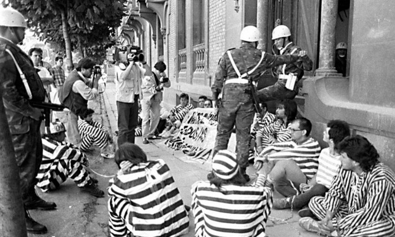 Intsumiso talde baten eserialdia, 1991. urtean, Iruñeko Gobernu Militarraren egoitzaren aurrean. ©BERRIA