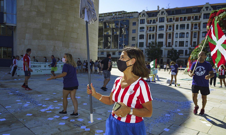 Guggenheimeko garbitzaile bat, abuztuaren 21ean museoaren aurrean antolaturiko futbol partidan. ©ARITZ LOIOLA / FOKU