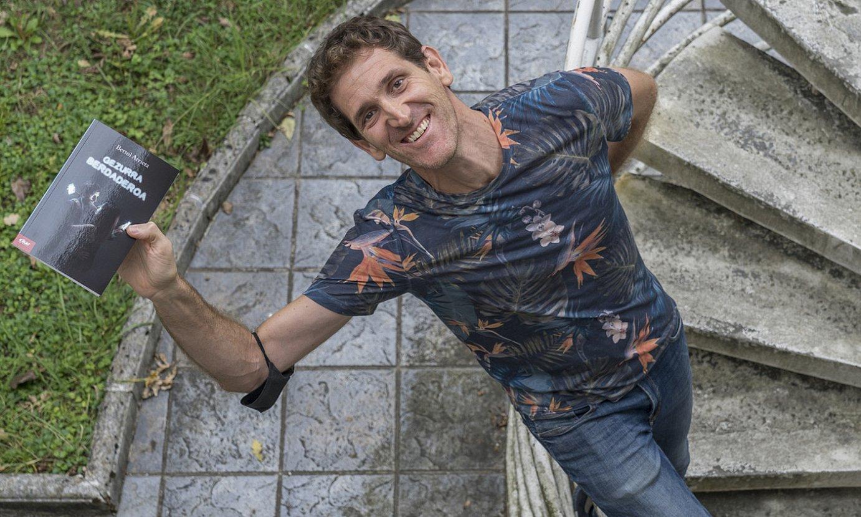 Bertol Arrieta, Martin Ugalde kultur parkean, lehen eleberria eskuan duela. ©ANDONI CANELLADA / FOKU