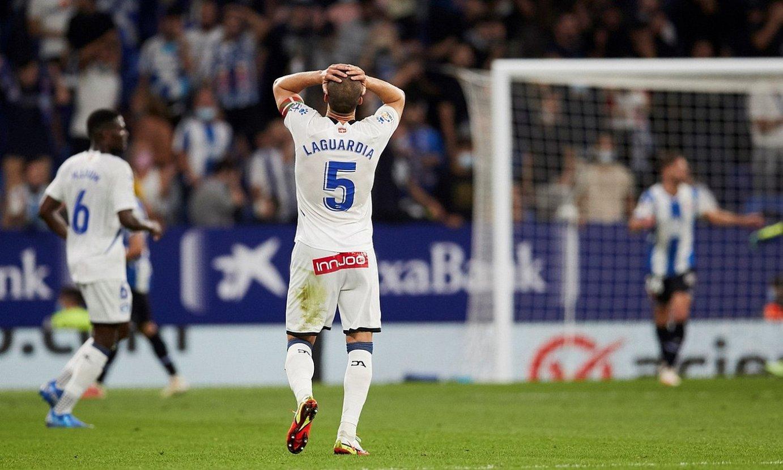 <b>Alaveseko kapitain Victor Laguardia, eskuak buruan, taldeak gola jaso eta gero.</b> ©ALEJANDRO GARCIA / EFE