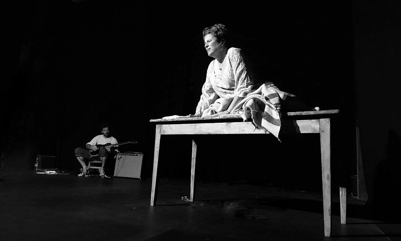Olivier Arotzarena musikaria eta Mari Añes Gorostiaga aktorea, ehizatu zituzten herritarrak irudikatzen. ©HELENA XURIO