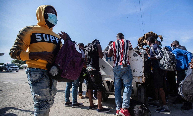 Hainbat haitiar Port-au-Princeko aireportuan, AEBetatik deportatuak izan berritan. ©RICHARD PIERRIN / EFE