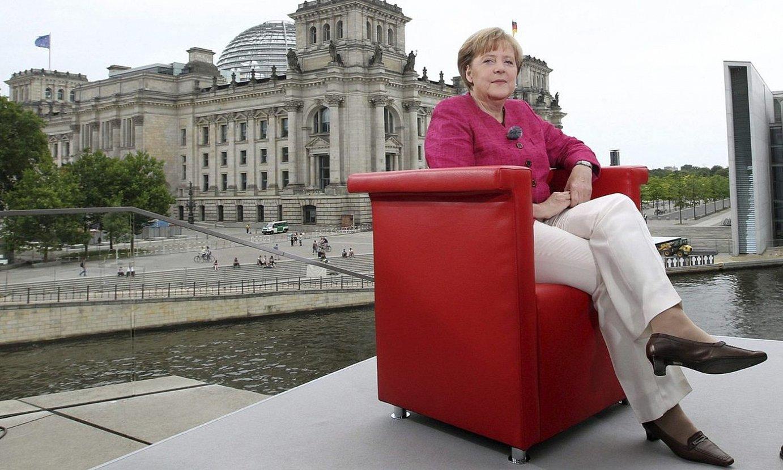 Angela Merkel, Alemaniako Legebiltzarreko eraikinaren aurrean, Berlinen. ©WOLFGANG KUMM / EFE