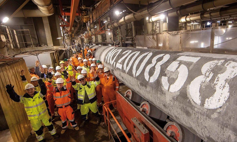 Nord Stream eraiki duten langileak, gasbidea amaitu dutela ospatzen. ©AXEL SCHMIDT