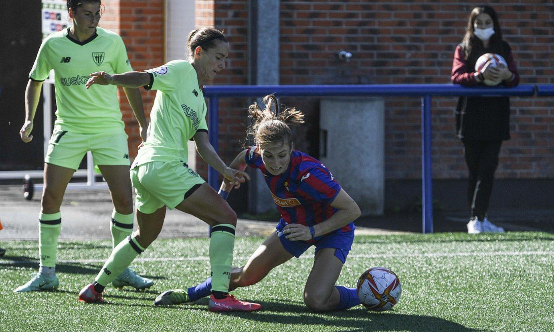 Athleticeko eta Eibarreko jokalariak lehian, atzoko partidan. ©JON URBE / FOKU