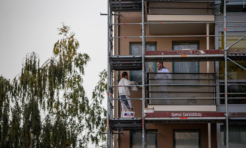 Bi langile Berlingo eraikin baten fatxada konpontzen. ©MARTINI DIVISEX / EFE