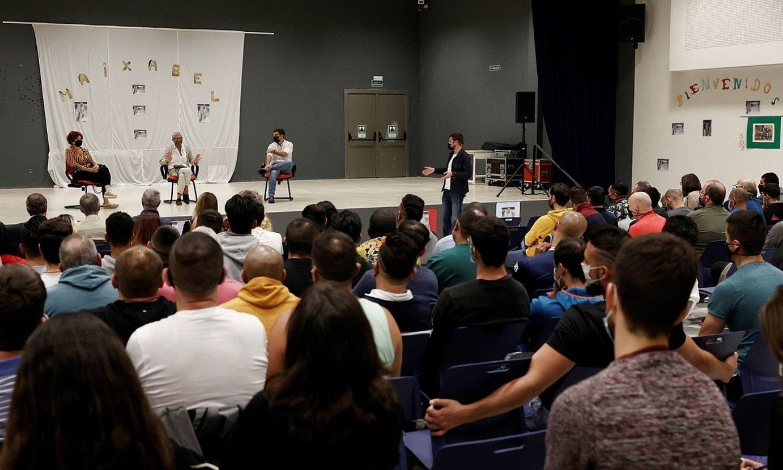 Maixabel Lasa, Iciar Bollain eta Eduardo Santos, igandean, Iruñeko kartzelan eginiko emanaldian. ©JESUS DIGES / EFE